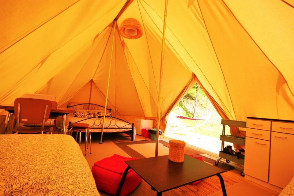 Intérieur d'une tente aménagée