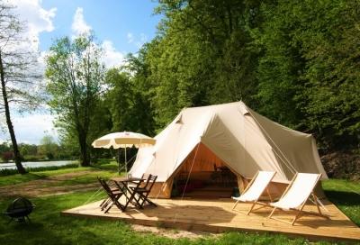 Une tente lodge en bord de lac